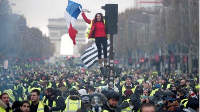 फ्रान्समा पेट्रोलियम पदार्थको मूल्य बढ्दा राष्ट्रपतिको राजीनामा माग गर्दै हिंस्रक प्रदर्शन