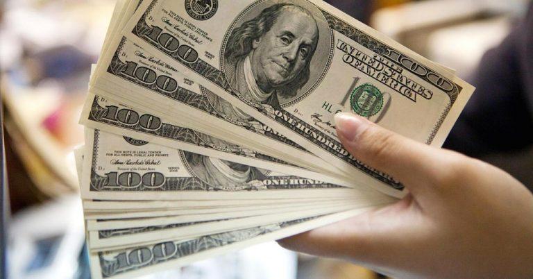 डलर सटहीमा कटौती, दुई महिनामा बाहिरिया १९ अर्ब रुपियाँ