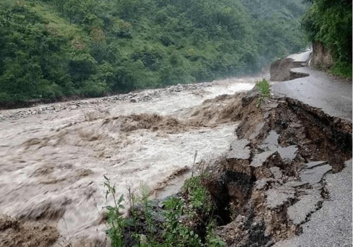 बाग्लुङमा पहिरो जाँदा तीनको मृत्यु, मध्यपहाडी लोकमार्ग भत्कियो